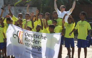 Ulrich Mueller von der Deutschen Kleiderstiftung hat Trikots in Rio de J